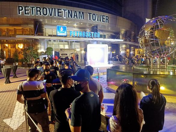 Hàng trăm người xếp hàng chờ 'đập hộp' iPhone 12 ở TP HCM