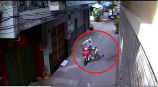 Tài xế xe ôm bị thanh niên đánh vào đầu để cướp xe máy