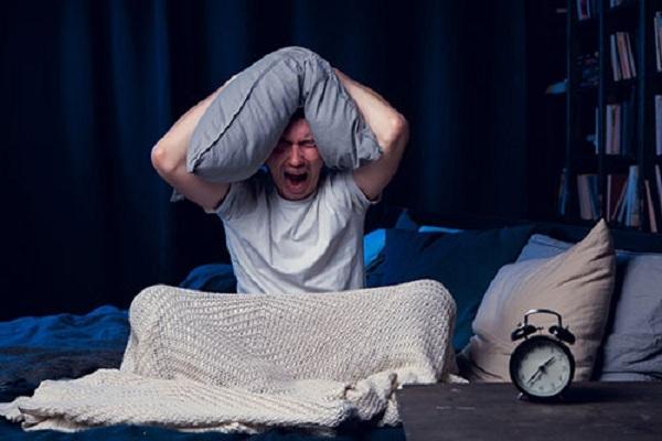 Tại sao có hiện tượng giật mình khi ngủ