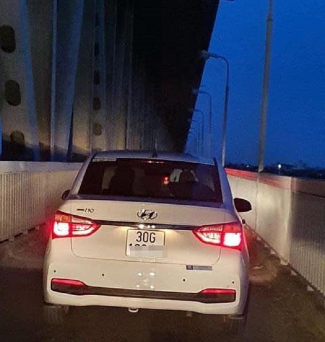 Phạt tài xế đi vào làn đường cấm trên cầu Thăng Long