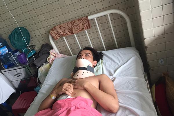 Người đàn ông liệt tủy, chấn thương cột sống cổ do dùng đầu đánh bóng