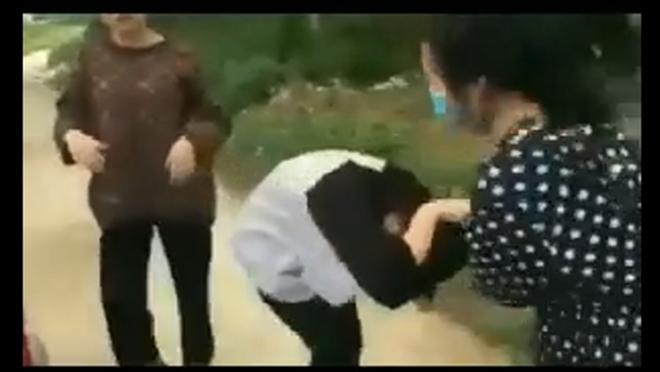Nữ sinh dùng mũ bảo hiểm đánh bạn, bắt quỳ bị tạm dừng học 1 tuần