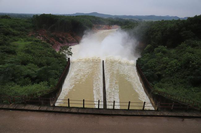 Lãnh đạo tỉnh Hà Tĩnh đề nghị không treo túi nước là hồ Kẻ Gỗ trên đầu dân, Bộ NNPTNT nói gì?