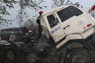Tài xế chết thảm trong cabin khi xe đầu kéo tông xe tải chờ đèn đỏ
