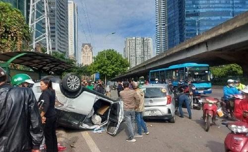 Hà Nội: Tai nạn liên hoàn giữa 2 ô tô và 1 xe máy, người nhập viện cấp cứu
