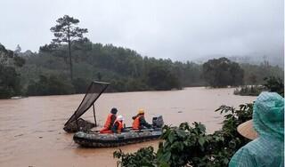Lội qua suối, nhóm du khách 4 người bị lũ cuốn trôi