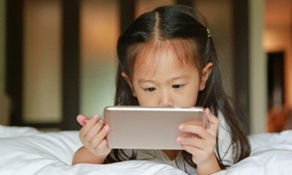 Sử dụng điện thoại thông minh quá nhiều, bé gái 10 tuổi bị mù một mắt