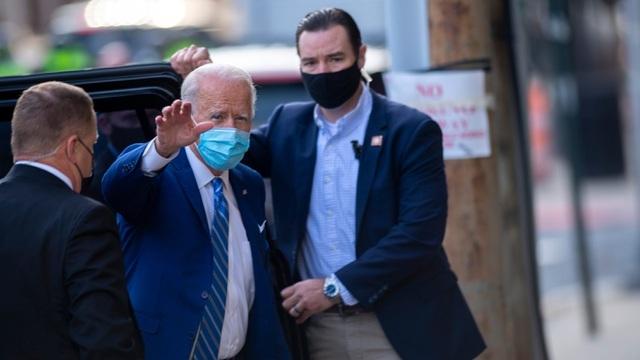 Ông Biden bị nứt xương bàn chân khi chơi với chó cưng