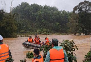 Hơn 100 người lặn tìm 2 nữ du khách bị lũ cuốn trôi ở Lâm Đồng