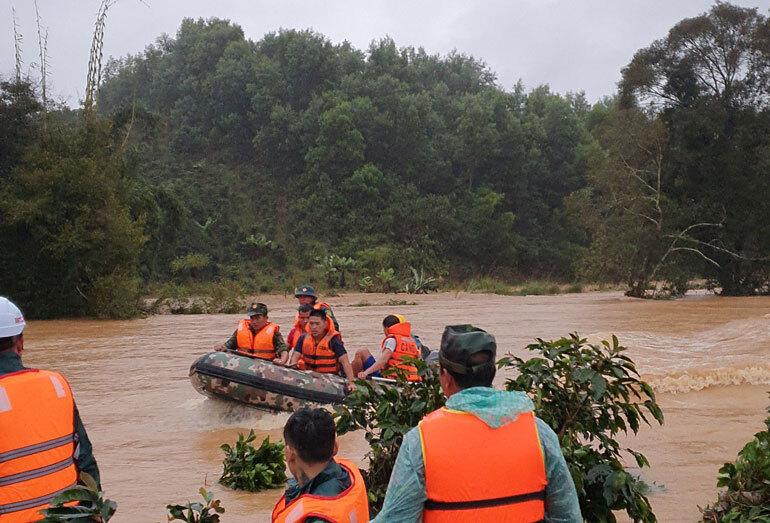 Hơn 100 người chia tốp lặn tìm 2 du khách bị lũ cuốn trôi ở Lâm Đồng