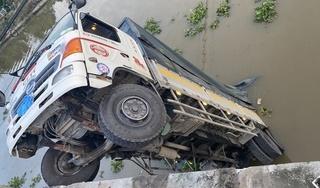 Cầu dân sinh 3,5 tấn đổ sập khi xe tải chở lúa 15 tấn đi qua