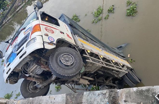Xe tải chở quá tải làm sập cầu dân sinh, nằm chỏng chơ giữa kênh
