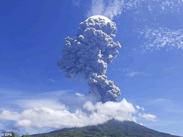 Núi lửa Indonesia tuôn trào, hàng ngàn người hoảng loạn tháo chạy