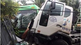 Xe khách đối đầu xe bồn, nhiều người bị thương