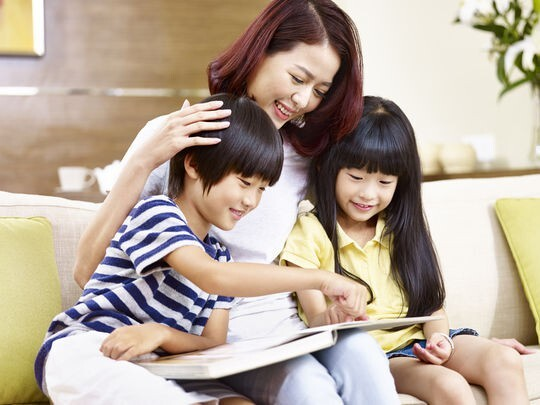 Làm sao để trẻ chịu đọc sách mà cai điện thoại