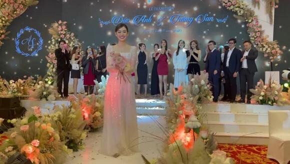 Đỗ Mỹ Linh bất ngờ khi được Tiểu Vy trao lại hoa cưới trong lễ cưới Á hậu Tường San
