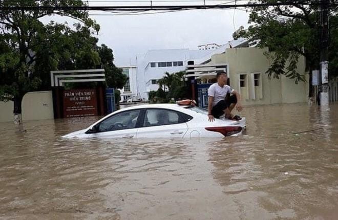Sinh viên Đại học Nha Trang chuyển qua học trực tuyến vì mưa lũ