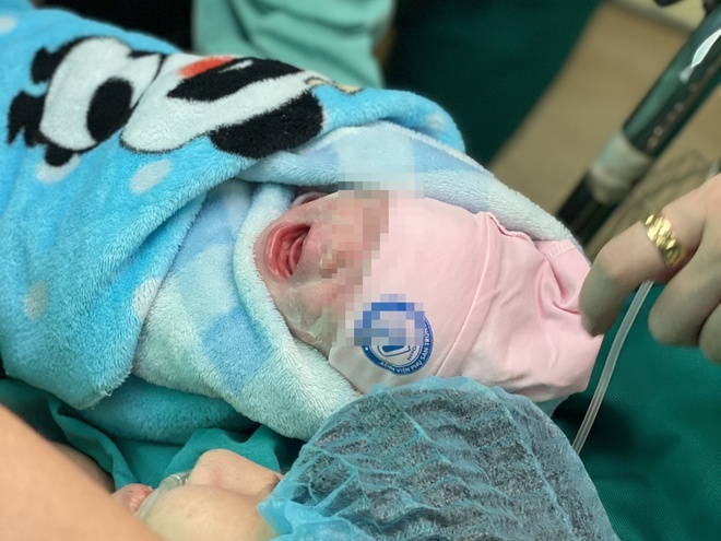 Người mẹ trẻ mắc ung thư gắng gượng sức lực ít ỏi cuối cùng để đón con chào đời