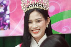 Huyện Hậu Lộc thưởng nóng 5 triệu đồng cho Hoa hậu Đỗ Thị Hà