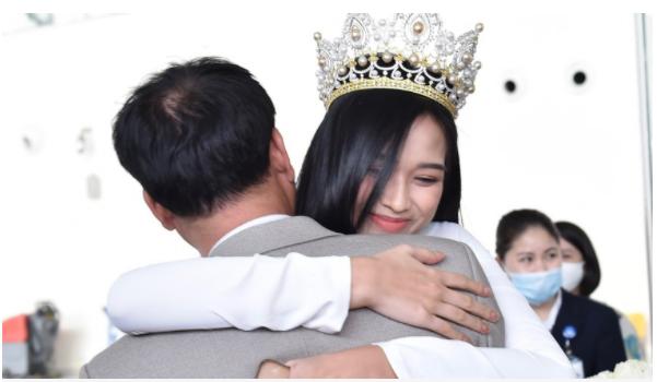 Hoa hậu Việt Nam Đỗ Thị Hà về làng, huyện Hậu Lộc thưởng nóng 5 triệu đồng