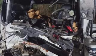 Ô tô tải tông xe đầu kéo, tài xế và phụ xe tử vong tại chỗ