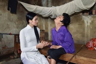 Hoa hậu Đỗ Thị Hà thăm hỏi các gia đình có hoàn cảnh khó khăn tại quê hương
