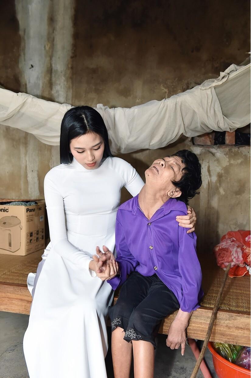 Hoa hậu Đỗ Thị Hà thăm hỏi các gia đình có hoàn cảnh khó khăn sau khi trở về quê hương Thanh Hóa