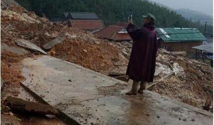Sạt lở núi ở Quảng Ngãi, 2.000 dân bị cô lập