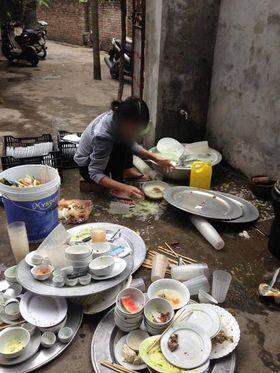 Bị bắt rửa 8 mâm bát ngay trong ngày ra mắt, cô gái trẻ có pha xử lý khiến nhiều người bức xúc