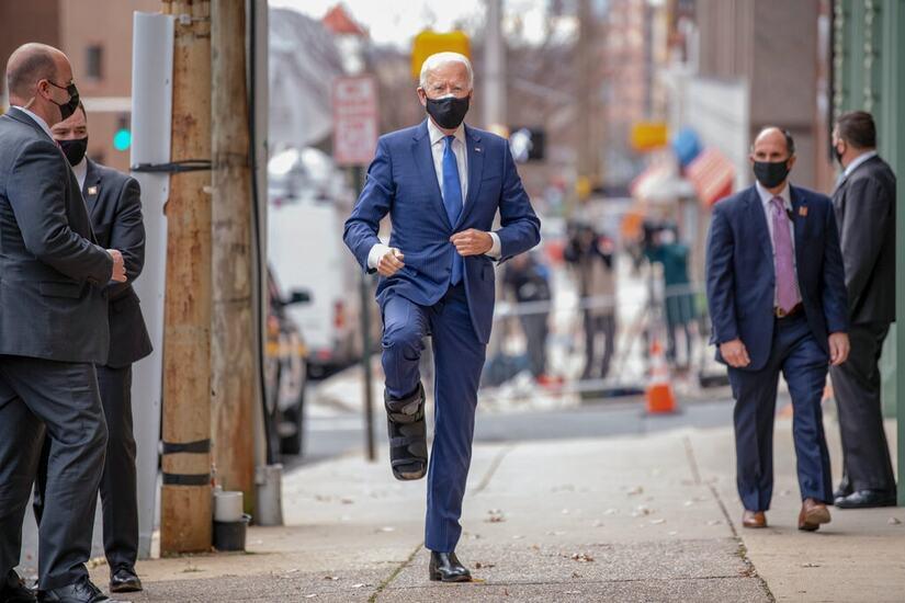 Ông Biden lần đầu tiên xuất hiện sau tai nạn với phụ kiện lạ ở chân phải