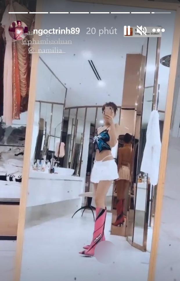 Ngọc Trinh bị chỉ trích khi khoe giày cao gót hình bộ phận sinh dục nam