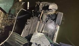 Xe Mercedes lao xuống kênh lật ngửa, tài xế tử vong tại chỗ