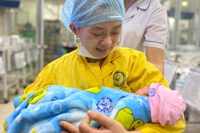 20 y bác sĩ chạy đua cứu mẹ con thai phụ gặp tai nạn nghiêm trọng