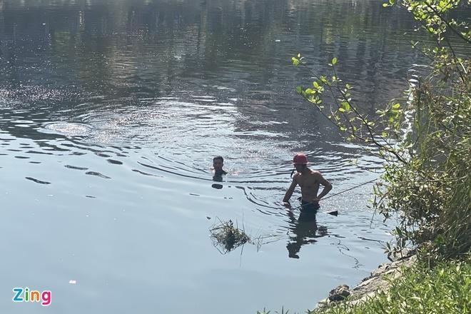 Người đàn ông bất ngờ leo lan can gieo mình xuống kênh