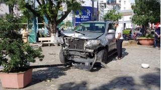 Tin tức tai nạn giao thông ngày 4/12: Xe 7 chỗ lao vào điểm tham quan ở Nha Trang