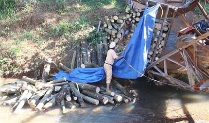 Chở quá tải, xe máy cày làm cầu gãy đôi rồi lao thẳng xuống suối