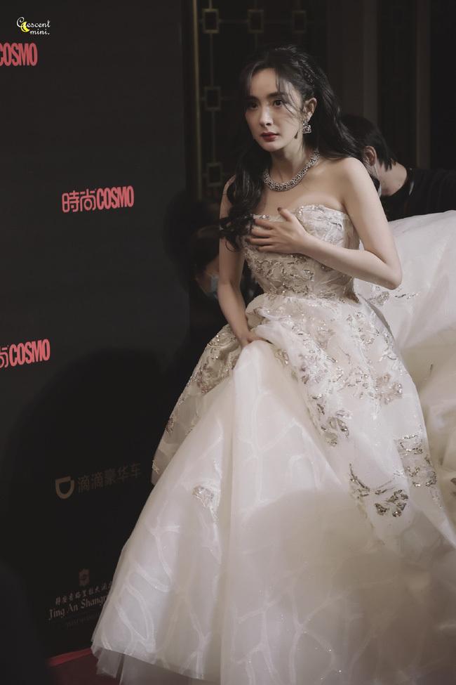 'Nữ hoàng cổ trang Trung Quốc' lúng túng dùng tay che chắn thềm ngực đầy trên thảm đỏ