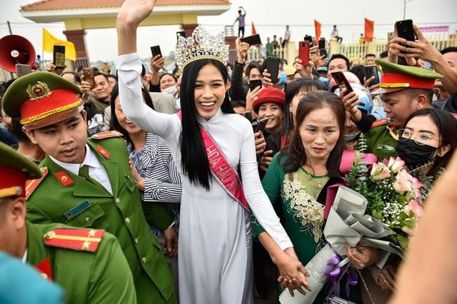 Hoa hậu Đỗ Thị Hà chính thức lên tiếng khi bị chê trang phục khi làm từ thiện