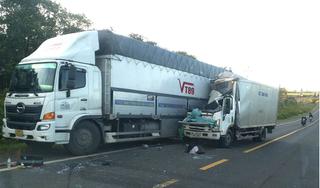 Xe thư báo tông xe tải, phụ xe tử vong