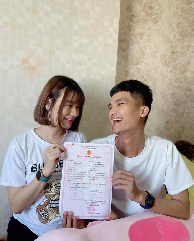 Vợ chồng Mạc Văn Khoa chính thức đón con gái đầu lòng, bé được chăm sóc trong lồng kính