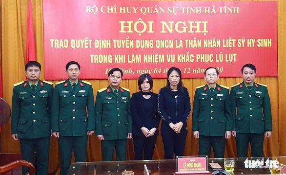 Hà Tĩnh trao quyết định tuyển dụng quân nhân chuyên nghiệp cho vợ của 2 liệt sĩ Đoàn 337