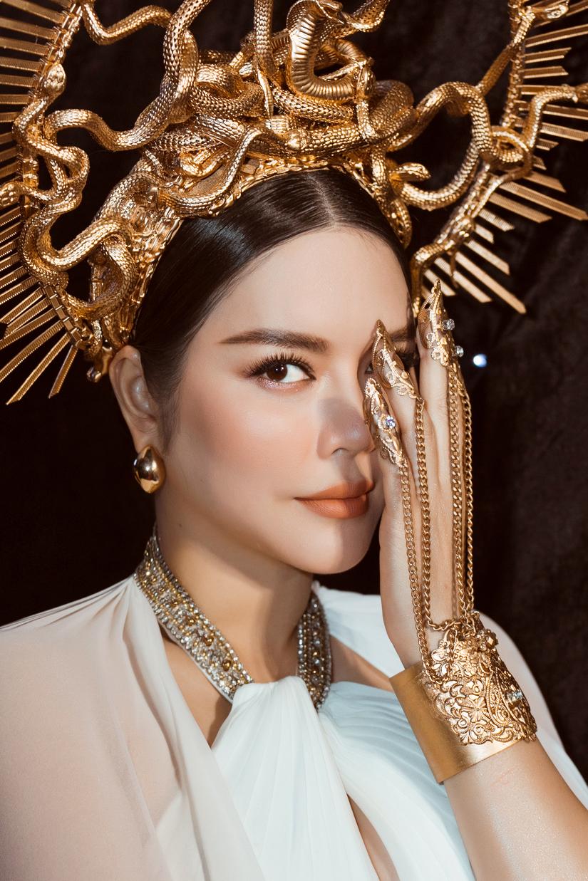 Lý Nhã Kỳ hóa nữ thần rắn trên thảm đỏ Tuần lễ thời trang quốc tế Việt Nam