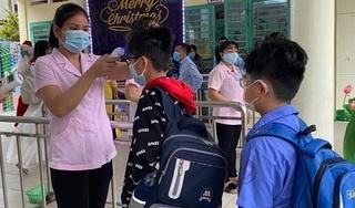 Học sinh 4 trường tiểu học ở TPHCM đi học trở lại