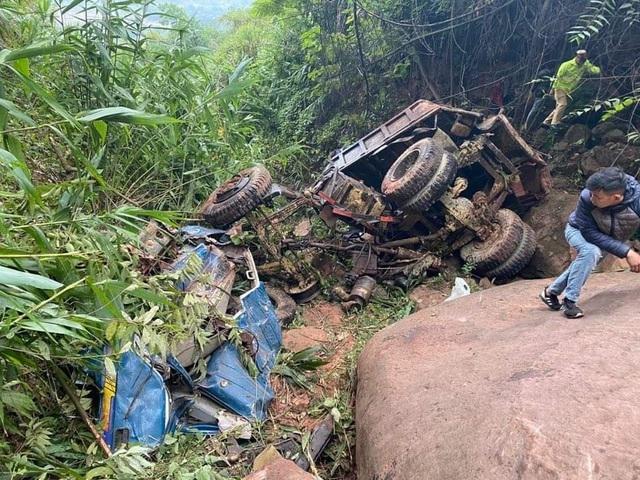 Xe tải vỡ nát khi lao xuống vực sâu hàng trăm mét, 1 người tử vong