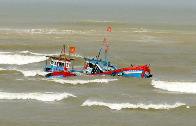 4 ngư dân là anh em một nhà bị sóng đánh chìm thuyền, 1 người chết, 1 người mất tích