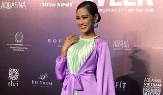 Bất ngờ với hình ảnh gầy gò, làn da đen nhẻm của Hoa hậu Đỗ Thị Hà tại sự kiện