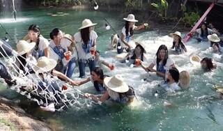 Cầu sập khiến 30 thí sinh Hoa hậu Thái Lan rơi xuống ao