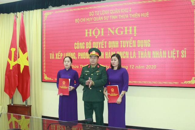 Tuyển dụng, trao quân hàm quân nhân chuyên nghiệp cho thân nhân các liệt sĩ Rào Trăng 3