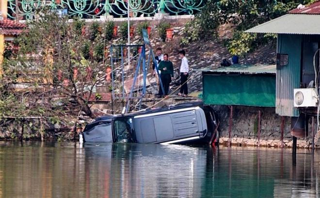 4 người mắc kẹt trong xe ôtô tông gãy lan can rồi lao xuống hồ