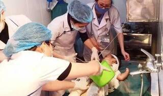 Chữa bỏng bằng nước mắm và rượu, bé trai 2 tuổi bị nhiễm trùng nặng